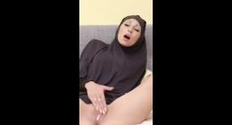 Arap türbanlının kocası seferde, kendi webcamda soyunuyor