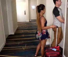 Asyalı kıza odasını gösterip, bahşiş olarak yarak veriyor