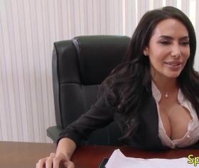 Brazzers sex, olgun esmer kızın patron sikiş videosu
