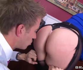 Büyük kalçalı ve iri memeli sexsi kadınların cepten pornosu