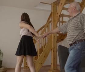 Dedesiyle evin üst katında kaçamak sikiş yapan torunu