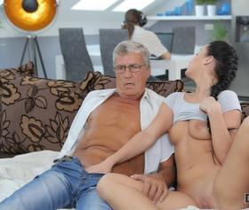 Erkek arkadaşının yanında eğitmeniyle seks yapıyor