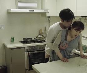 Eski pornolar, genç kızı mutfakta sıkıştırıp götten çakıyor
