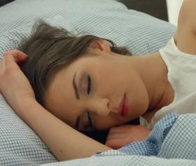 Esmer kız, uyuyan kuzeninin vajinasını sulandırdı