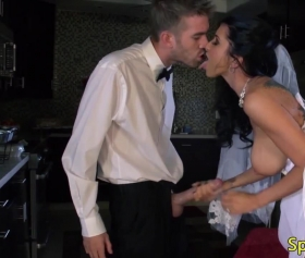 Gelinlik giyen azgın seksi kızı sikmeden geçmiyor, bedava porno izle