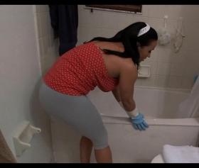 Hizmetçiyi banyoda sıkıştırıp zorla siken ev sahibi