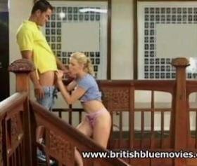 İzgiliz kızını lüks evinin merdivenlerinde inletiyor