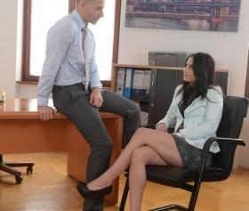 Mini etekli sekreterin hoş sohbeti boşalmak için sebep