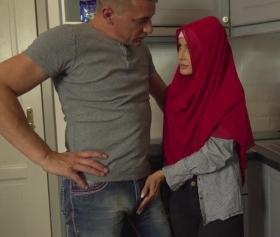Mutfakta ansızın başlayan hijab kızı sikişe maruz kalıyor