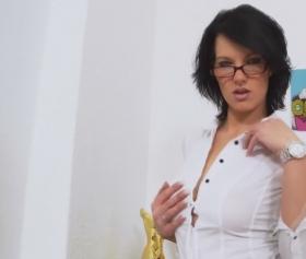 Ofiste kendini zorla siktiren esmer gözlüklü azgın kadın