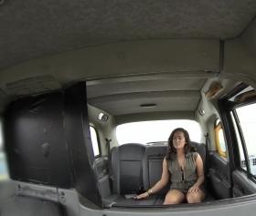 Piknik dönüşü taksiciden kendisini sikmesini rica ediyor