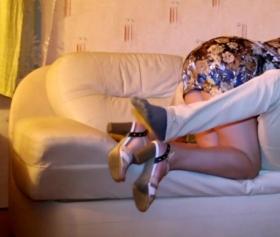 Rus amator olgun çiftlerin kanepede çılgınca sikiş vidyosu