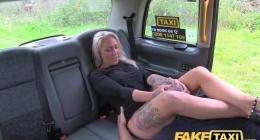 Sarışın kız para yerine vajinasını sunuyor taksiciye