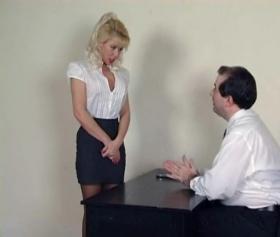 Sarışın siyah seksi çorabıyla cezalandırılıp sikişiyor