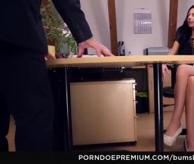 Sekreteriyle sıcak ilişki yapan patron, konulu pornosu