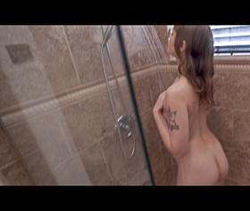 Sexi teyzesini banyoda sıkıştırıp anasını sikiyor
