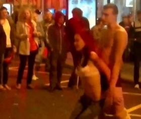 Sokak ortasında kafası güzel gençler fena vuruşuyor