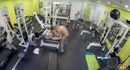 Spor hocasını spor salonunda makineye bağlayıp sikiyor