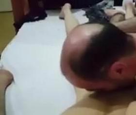 Türk swinger pornosu, kel adam iş başında çok istekli sikiyor