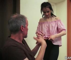 Utangaç genç kızı çapraz pozisyonda inletiyor