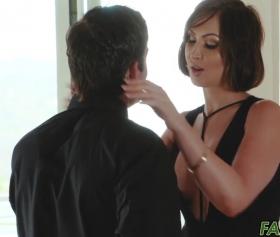 Yakışıklı adamla konulu dvd pornosu izleyen lolita