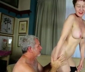 Yaşlı dede yaşlı nineyi sikiyor pornosu izle