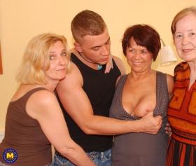 Anneannesi ve emektar mahalle karılarıyla toplu sikiş