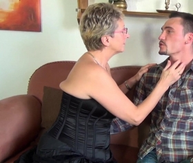Büyükanne torunun en iyi arkadaşıyla sikişiyor