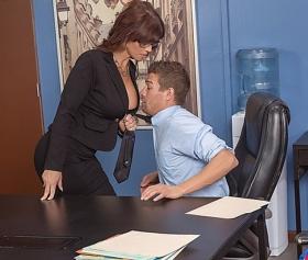 Çalışanlarını gözünün önünde sikişirken izleyen patron