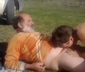 Emekli amcaya şopar çingene kızı yardımcı oluyor