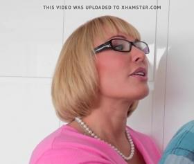 Genç erkekle yaşlı kadın pornosu izlesene