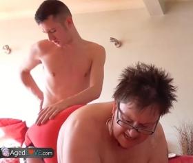 Hot mature, kısa saçlı yaşlı kadın pornosu