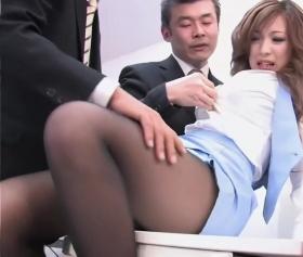 Japon kızın ince siyah çoraplarıyla zor sikişi