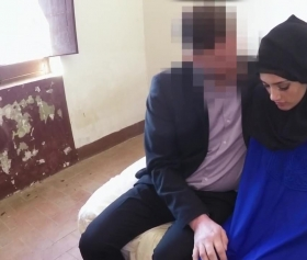 Mavi elbiseli siyah türbanlı utangaç kız pornosu