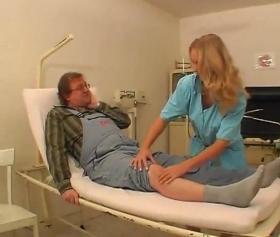 Mavi üniformalı hemşirenin hastasıyla sedyede sikişi