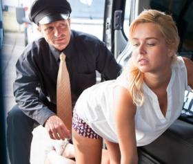Minibüste amından veren sarışın taksici pornosu