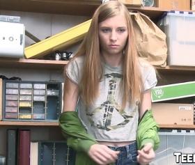 Sarışın liseli kızı arşiv odasında sert becerdi