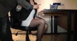 Siyah ince çoraplı sekreteri boş ofiste çılgınca sikiyor