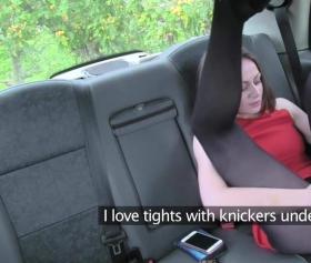 Siyah ince çoraplı seksi kızın taksideki seksi çığlıkları