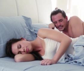 Uyuyan bacısının amına hıyar sokmak istedi