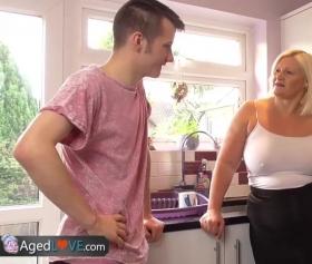 Yaşlı dul mature ile mutfakta doyumsuz pornolar