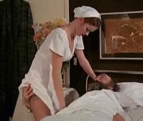 Zayıf sıska hemşire, yaşlı dedeyle seks yapıyor pornosu