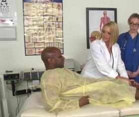 Zenci hastanın yarağını gören üstüne oturuyor
