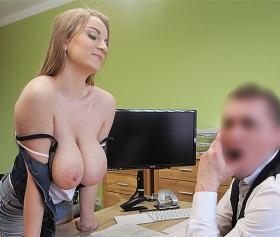 Güzel kalçalı yeni sekreter sexsi kıyafetiyle iş başında