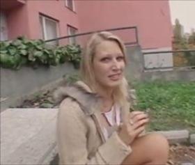 Bahçe içinde sarışın bomba çıtır kız sikiş izle