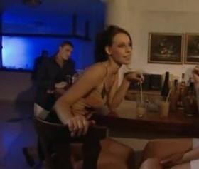 Barda tanıştıkları balık etli dolgun kalçalı sarışın anal pornosu