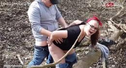 Büyük götlü kızıl saçlı fahişe kız tarlada sikişiyor