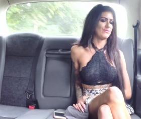 Büyük yarrak ve azgın kızın fake taksi içerisinde götten sikiş fantazisi