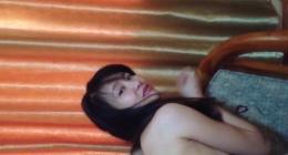 Çin kolej kızı siyah saçlı koltukta sikişirken orgazmın doruklarına çıkıyor