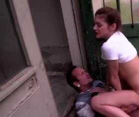 Genç kız eve girmeye dayanamadan kapının önünde yarrağa oturuyor
